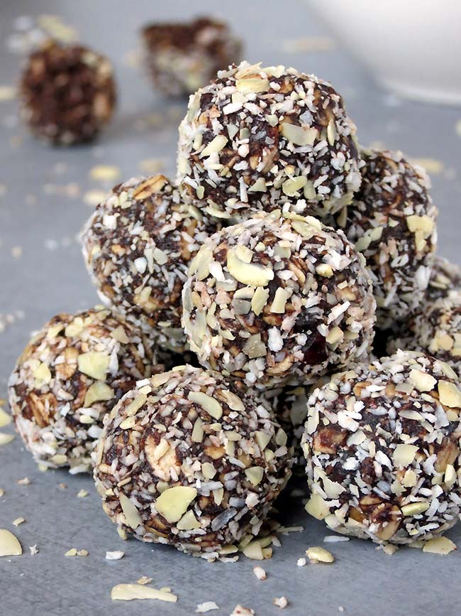 Healthy No-Bake Peanut Butter Chocolate Energy Bites | yummyaddiction.com
