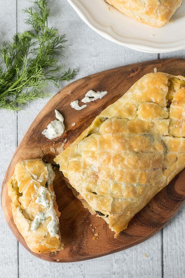 Try this creamy & flaky Salmon Wellington - salmon fillets and spinach & leek mixture wrapped together in a puff pastry. Pure art! | yummyaddiction.com