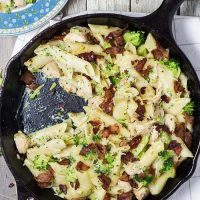 This Garlic Chicken Pasta with Prosciutto and Broccoli is creamy and cheesy. It's even better than it sounds! | yummyaddiction.com