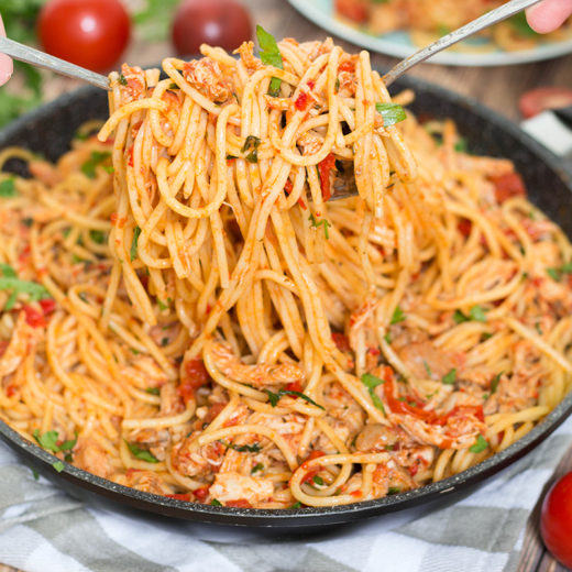 If you are looking for a perfect weeknight dinner, this Chicken Spaghetti with Red Sauce and Prosciutto is exactly what you need. Delicious, easy, and quick to make! | yummyaddiction.com