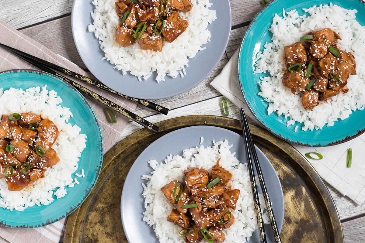 Everybody knows that delicious take-out Chinese Bourbon Chicken, right? Well, you can easily make it at home and it requires only 5 minutes prep time! | yummyaddiction.com