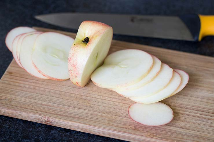 How to slice apple into rounds