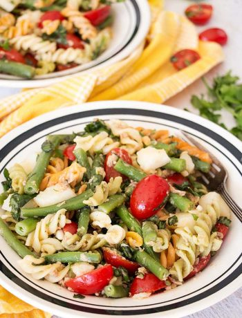 This Tuna Pasta Salad ticks all the boxes. Featuring green beans, potatoes, and tomatoes, it's nutritious, light but filling, and full of flavor! | yummyaddiction.com