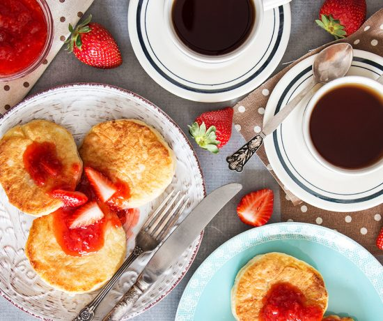 These famous Russian sweet cheese pancakes (Syrniki) are made with cottage cheese and served with a gorgeous fresh strawberry sauce. SO GOOD! | yummyaddiction.com
