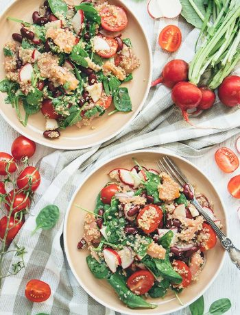 This Smoked Salmon and Quinoa Salad also features radishes, beans, tomatoes, spinach, and a gorgeous sesame oil dressing. Delicious, filling, and nutritious! | yummyaddiction.com