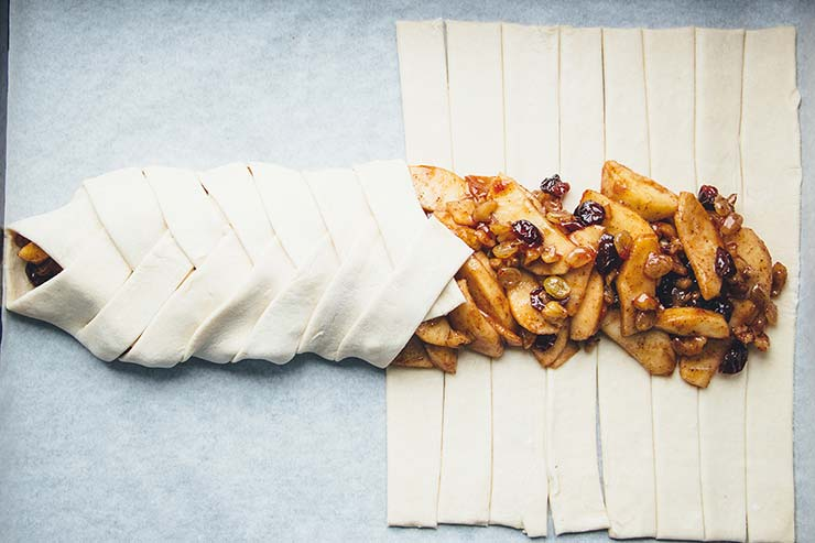 This Braided Apple Strudel looks super fancy and takes only 30 minutes to make! The filling also features walnuts, raisins, and dried cranberries! | yummyaddiction.com