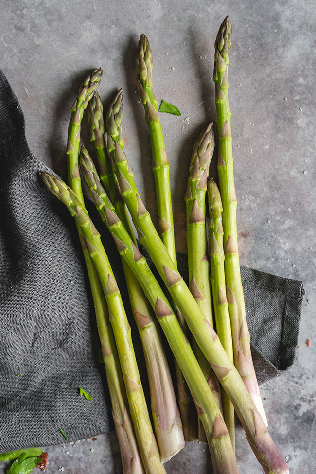 A pile of asparagus stalks
